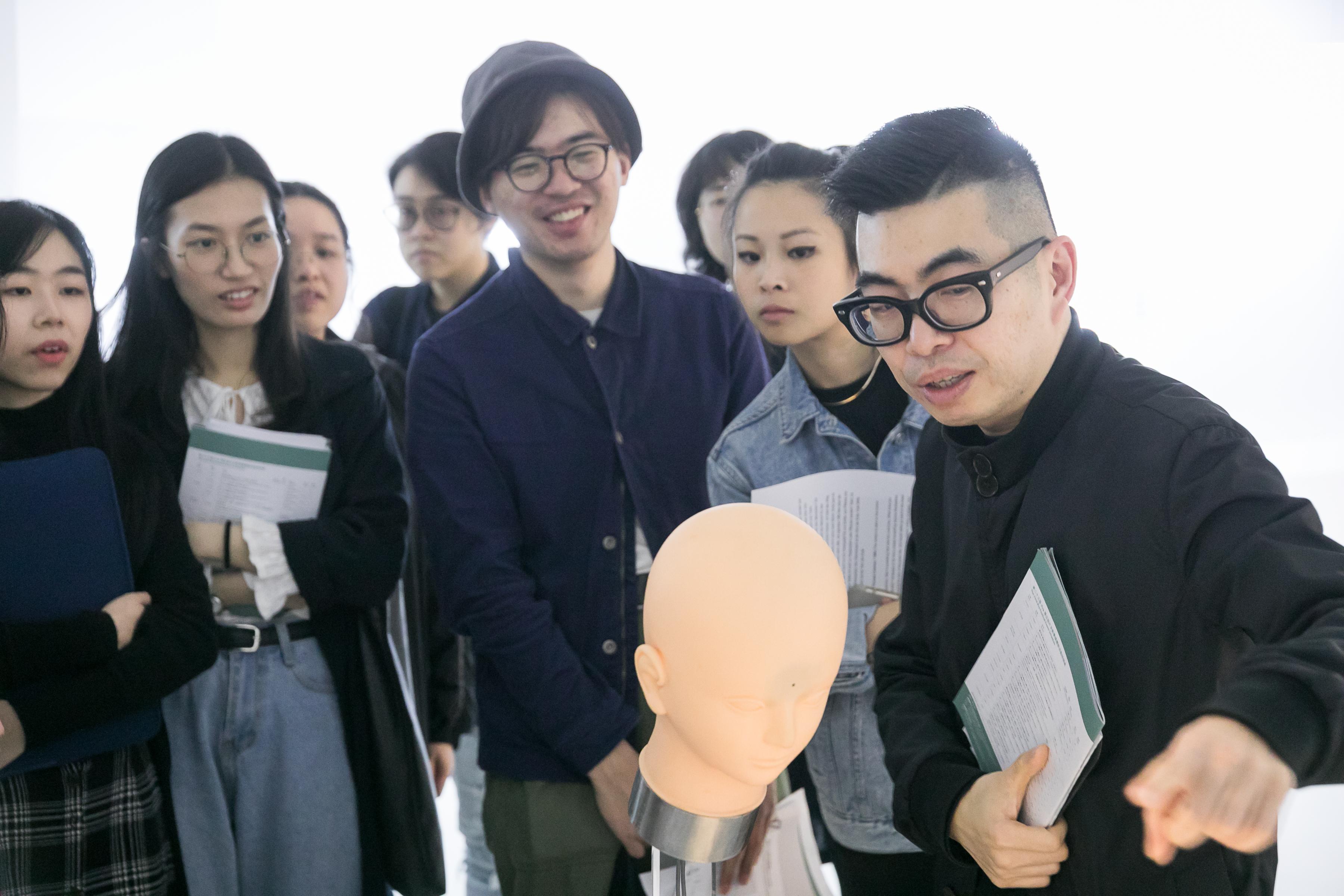 Curator Ip Yuk-yiu introducing Shinseungback Kimyonghun (South Korea)'s artwork FADTCHA