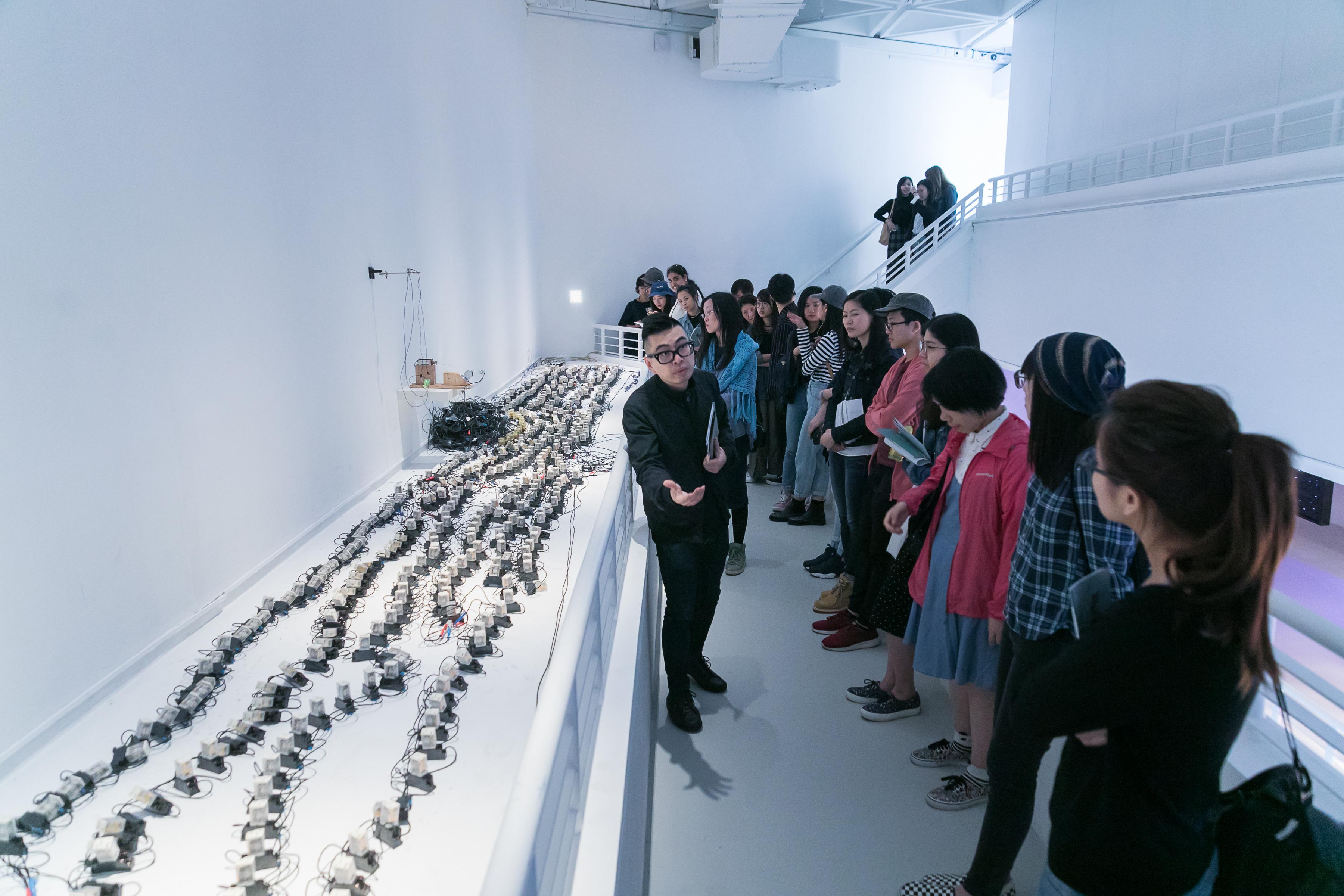 策展人葉旭耀介紹王鎮海 (香港)作品《勤力電路 #1.3》