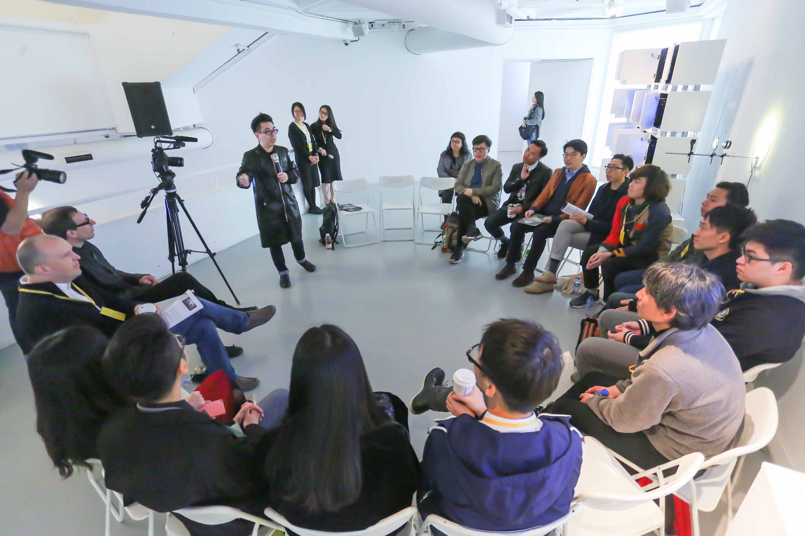 Ip Yuk-yiu, the host of the discussion, started the session with a special rule. Each artist had to select one of the featured artworks for their personal comments and critics.