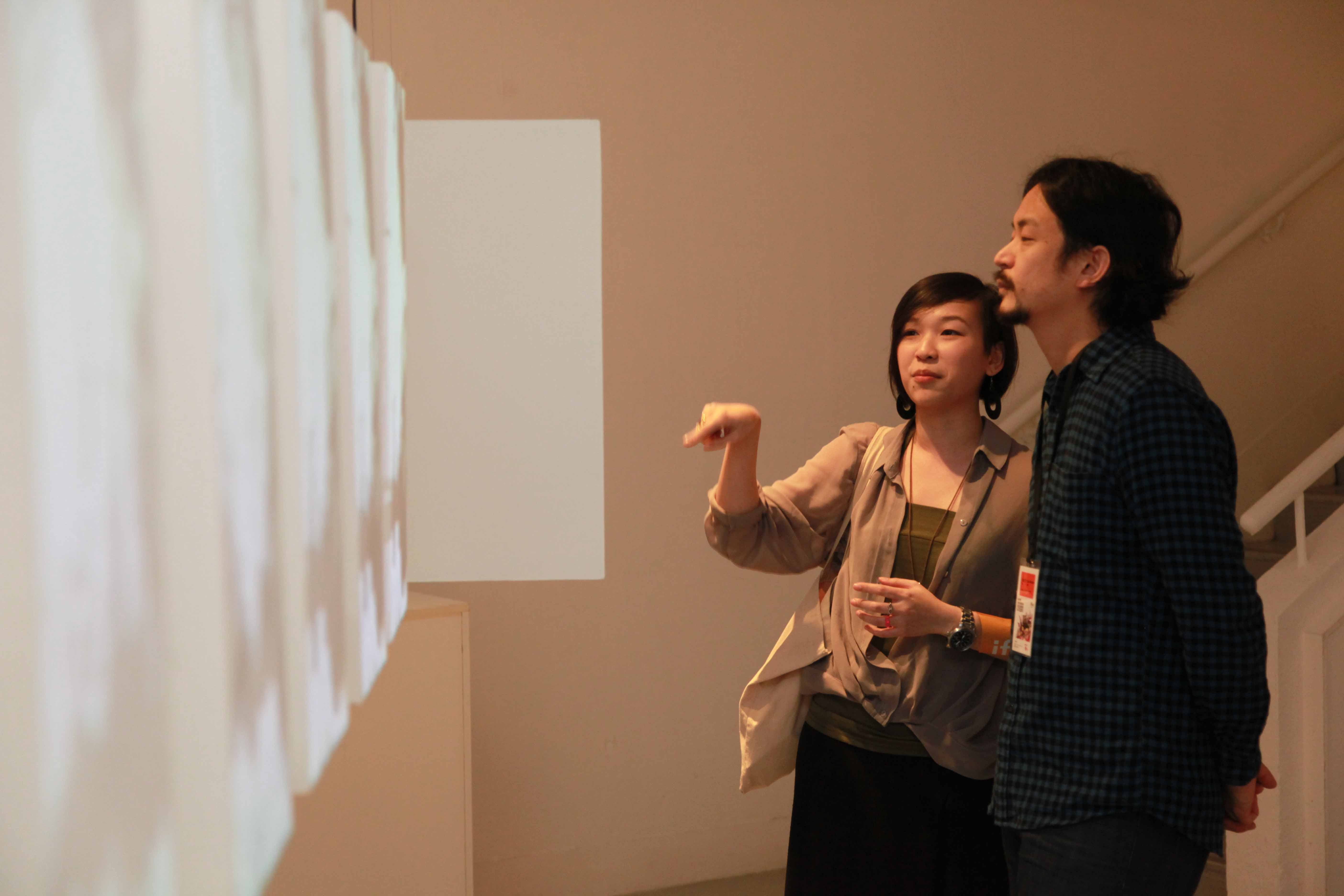Chan Woon-ling Naomi, one of the finalists introduced her work <i>Present Moment</i> to Daito Manabe.
