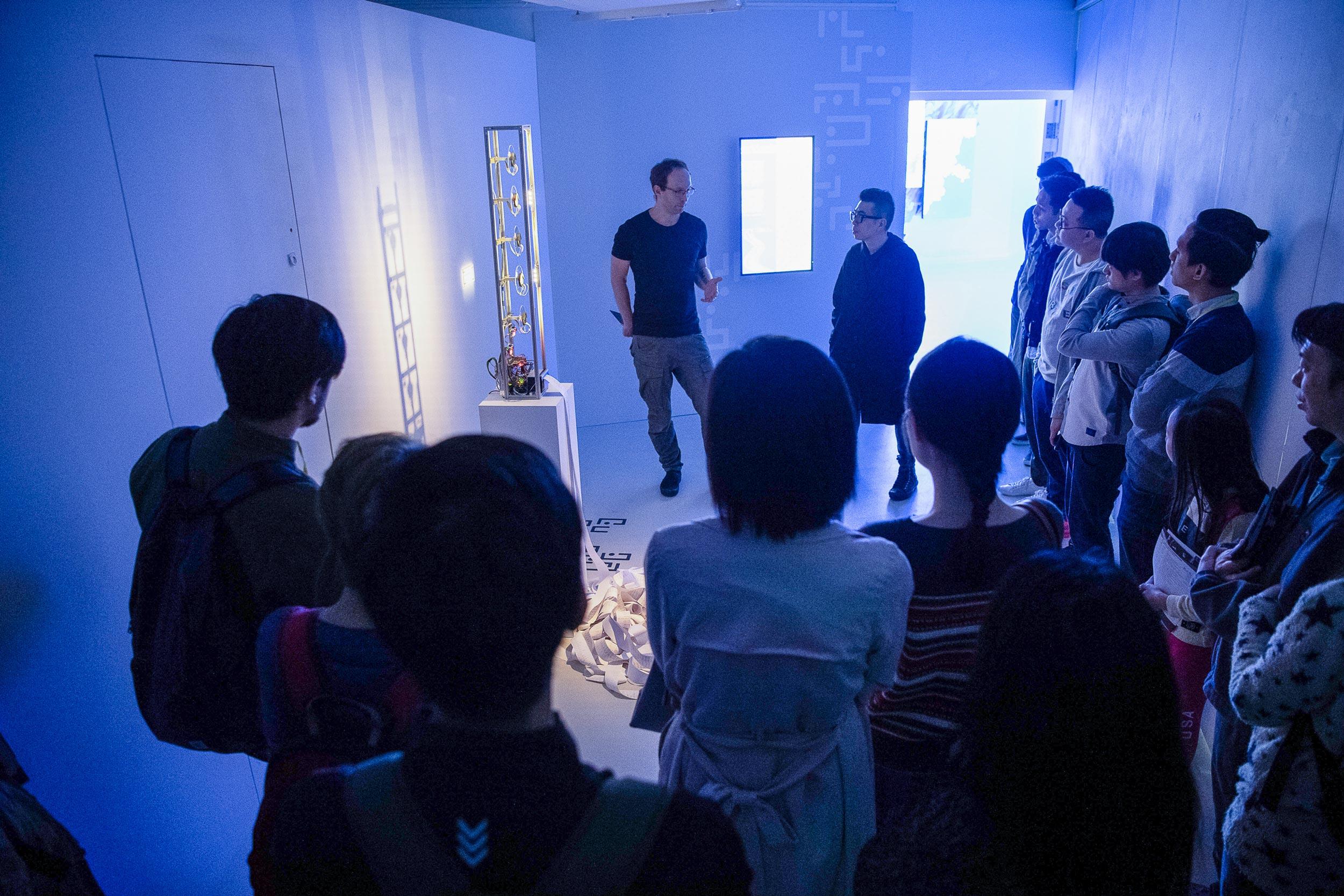 策展人葉旭耀與藝術家::vtol:: (俄羅斯)分享其作品《Umbilical Digital》