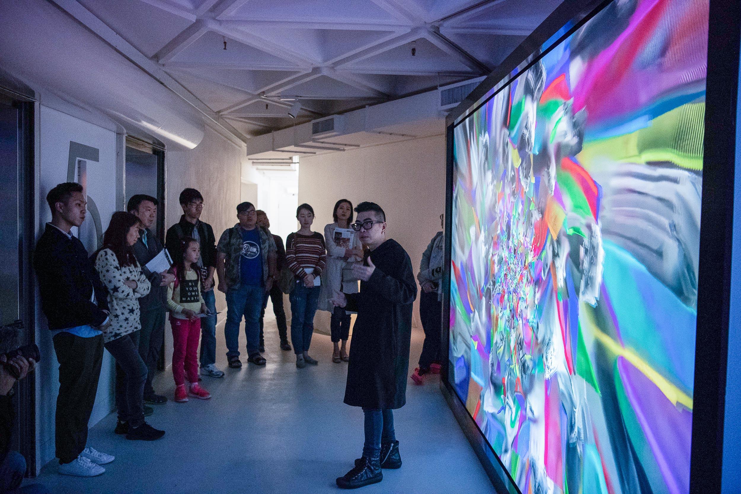 策展人葉旭耀帶領導賞,與參觀者分享策展理念